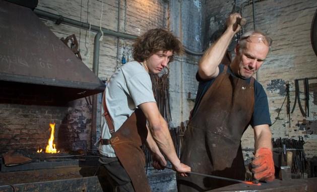 Student Jef Vissers en docent Paul Dekker aan het werk in de smidse. Foto: joh